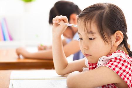 ni�os chinos: ni�a pensando en el aula