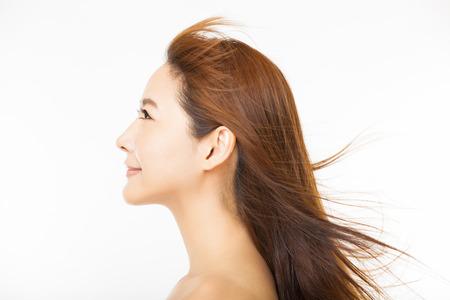femmes souriantes: vue de côté de la belle femme aux cheveux longs