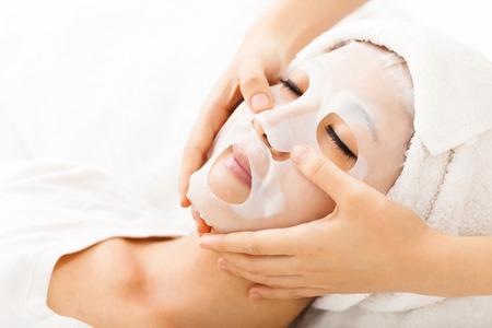 tratamientos faciales: joven con la m�scara facial en el spa Foto de archivo