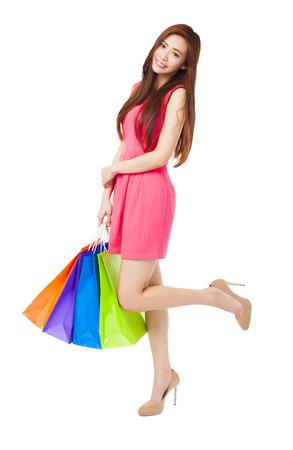 faire les courses: jeune femme avec des sacs � provisions