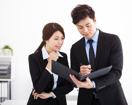 gente exitosa: La gente de negocios que tienen reunión y discutir en la oficina Foto de archivo