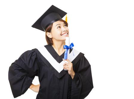 licenciatura: mujer joven feliz celebración de graduarse diploma y mirando