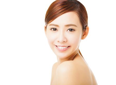 volti: Primo piano bella sorridente giovane donna faccia