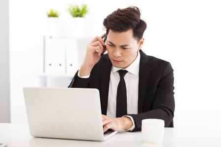 사무실에서 근무하는 화가 비즈니스 사람 (남자)