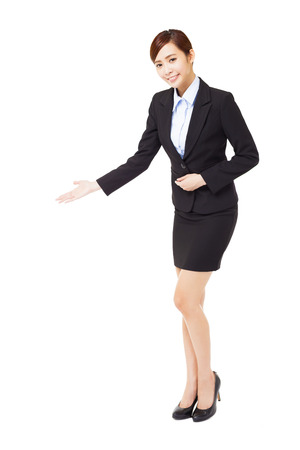 acogida: longitud completa joven empresaria con gesto de bienvenida