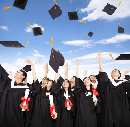 празднование: счастливые студенты бросали выпускные шапки в воздух