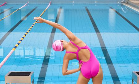 Junge Sportlerin Stretching und Vorbereitung zu schwimmen Standard-Bild