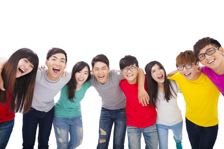 personas: joven grupo de estudiantes con los brazos alrededor de los hombros de los demás