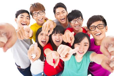 adolescentes estudiando: felices jóvenes que apuntan a usted