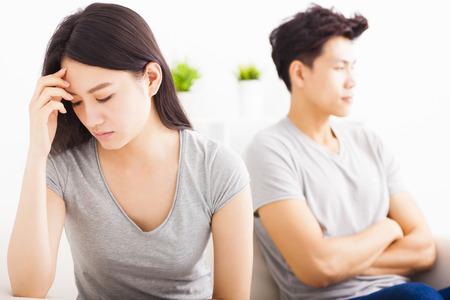 amour couple: Jeune couple ne parle pas apr�s lutte dans le salon