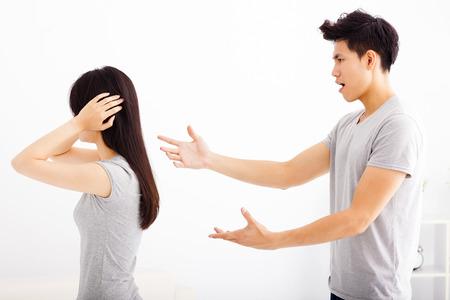 pareja enojada: Angry joven discutiendo pareja en la sala de estar