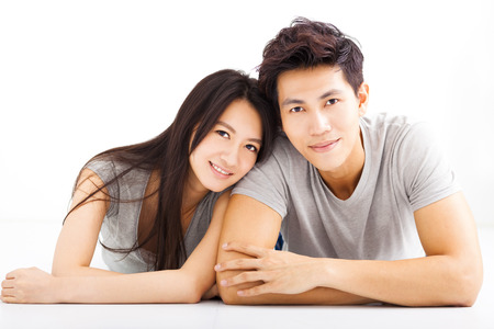 pärchen: Junges Paar glücklich umarmt und lächelnd Lizenzfreie Bilder