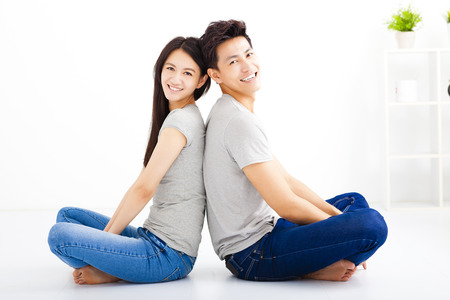 parejas felices: Feliz pareja de j�venes sentados juntos Foto de archivo