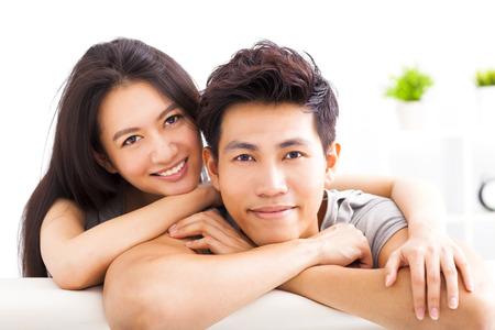 dattes: Jeune couple enlacé heureux et souriant