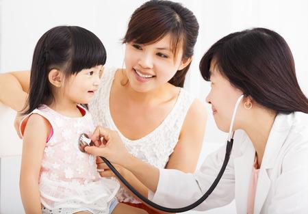 santé: Bonne petite fille et le jeune à l'hôpital ayant Examen Banque d'images