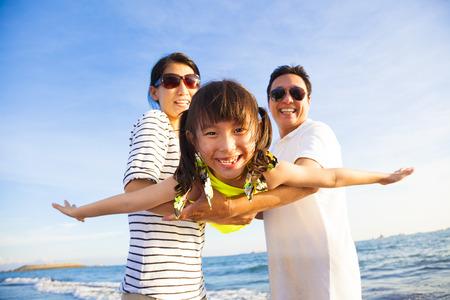 familias felices: familia feliz disfrutar de las vacaciones de verano en la playa