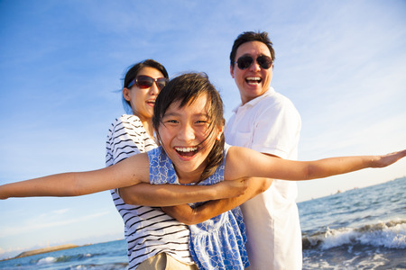 families together: familia feliz disfrutar de las vacaciones de verano en la playa