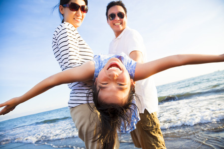 volar: familia feliz disfrutar de las vacaciones de verano en la playa