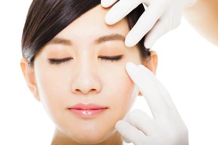 maquillaje de ojos: Primer de la cara joven mujer con el concepto de belleza médica