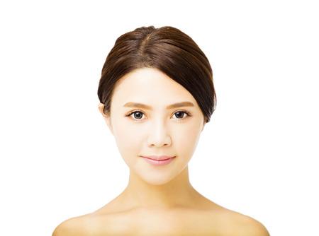 깨끗한 얼굴을 가진 아름 다운 젊은 여자의 초상화