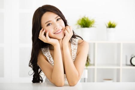piel: Joven y bella mujer mirando y sonriendo