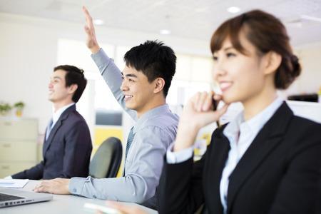 niñas chinas: mujer de negocios con su personal en la sala de conferencias