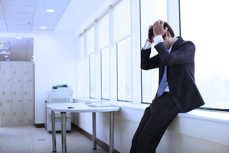 empleados trabajando: Joven hombre de negocios deprimido en el cargo Foto de archivo
