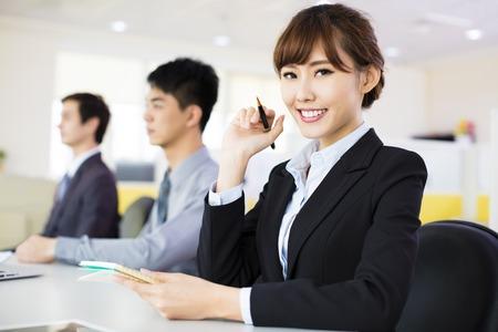 entreprise: femme d'affaires avec son personnel dans la salle de conférence