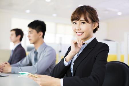hombre de negocios: mujer de negocios con su personal en la sala de conferencias
