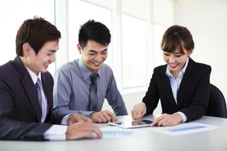 reuniones empresariales: J�venes colegas de negocios que trabajan en la oficina