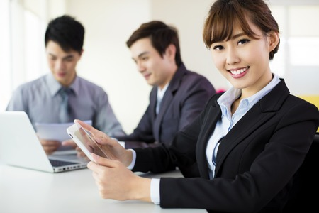 Jonge zaken vrouw werkt in het kantoor