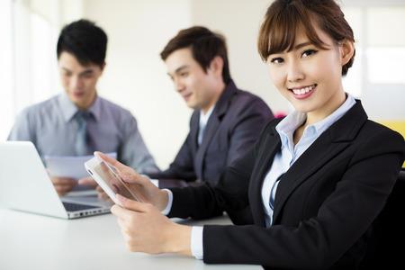 operarios trabajando: Mujer de negocios de jóvenes que trabajan en la Oficina