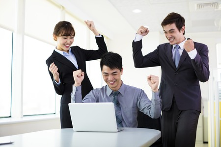 gente exitosa: Los jóvenes empresarios exitosos que trabajan en la oficina