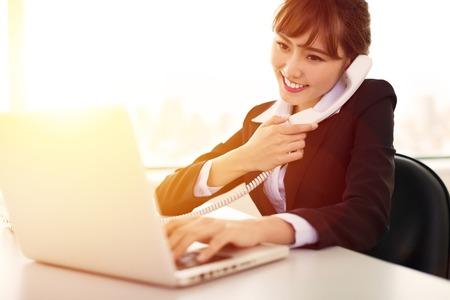 ejecutivo en oficina: joven empresaria de trabajo en la oficina en la ma�ana