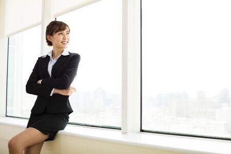 relajado: Empresaria sonriente joven que trabaja en la oficina
