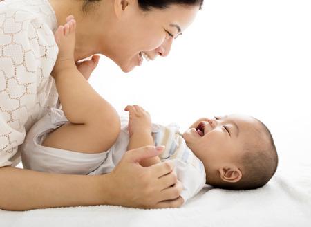 bebekler: gülümseyen erkek bebek ile mutlu anne