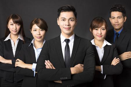 exito: joven empresario con equipo de negocios exitoso