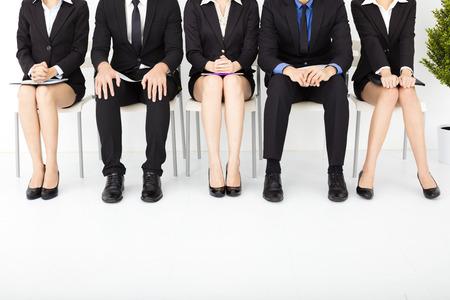 entrevista de trabajo: la gente de negocios nervioso en espera de la entrevista