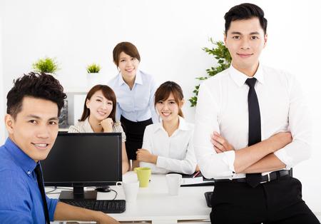 mujeres trabajando: la gente de negocios alegre trabajo en la oficina Foto de archivo