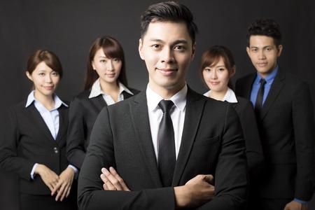 patron: joven empresario con equipo de negocios exitoso