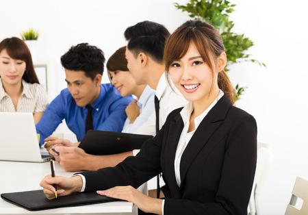 jeune fille: jeunes gens d'affaires travaillant ensemble à la réunion