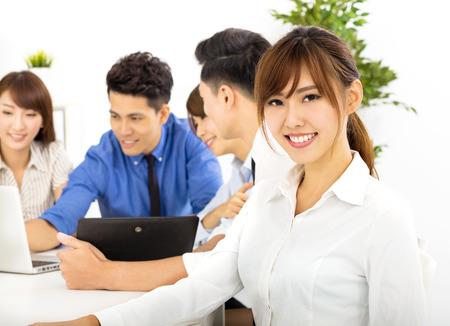 junge Geschäftsleute arbeiten zusammen an Sitzungs