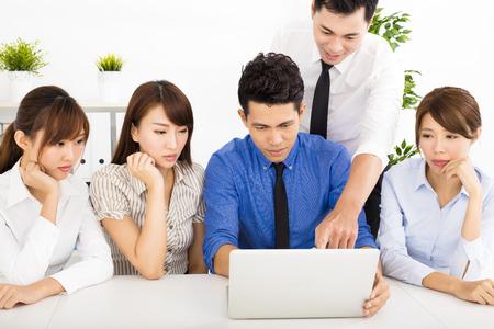 beau mec: jeunes gens d'affaires travaillant ensemble à la réunion