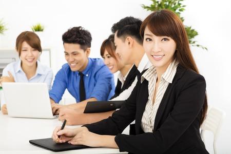 fiatal üzletemberek dolgoznak együtt a találkozón