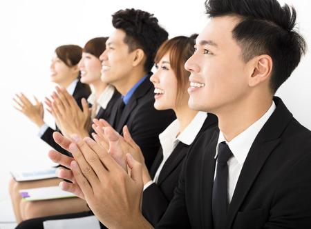 reunion de trabajo: La gente de negocios sentado en una fila Foto de archivo