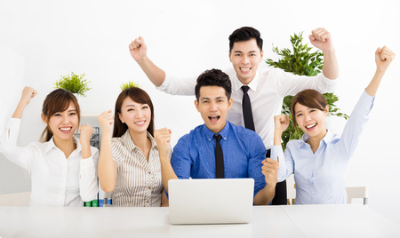 ganador: gente de negocios feliz trabajando juntos en la reuni�n Foto de archivo