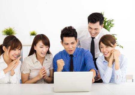 business: glada affärsmän som arbetar tillsammans på mötet