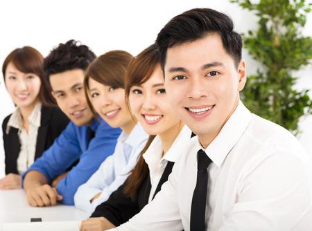 empleados trabajando: j�venes empresarios trabajando juntos en la reuni�n