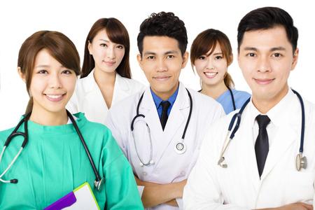 zdrowie: uśmiecha się zespół medyczny stoi razem samodzielnie na biały