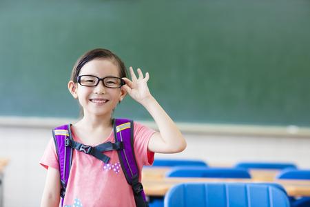 Heureuse petite fille dans la salle de classe Banque d'images - 43145937